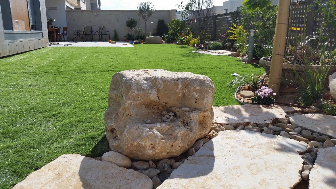 הקמת גינה עם סלעים חלוקי נחל