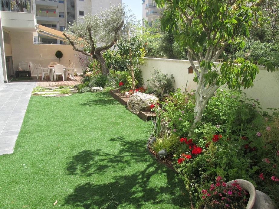 הגינה נמצאת בחולון וניתן לראות אותה מהחומה