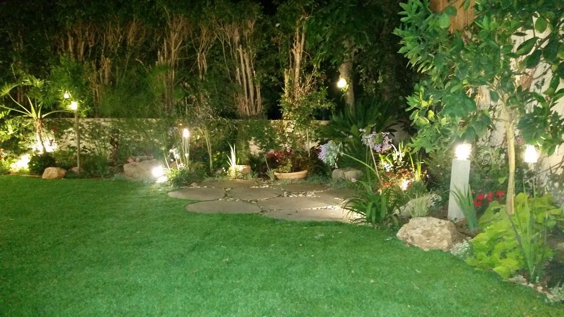 פינת ישיבה פנימית שומרת על עיצוב הגינה