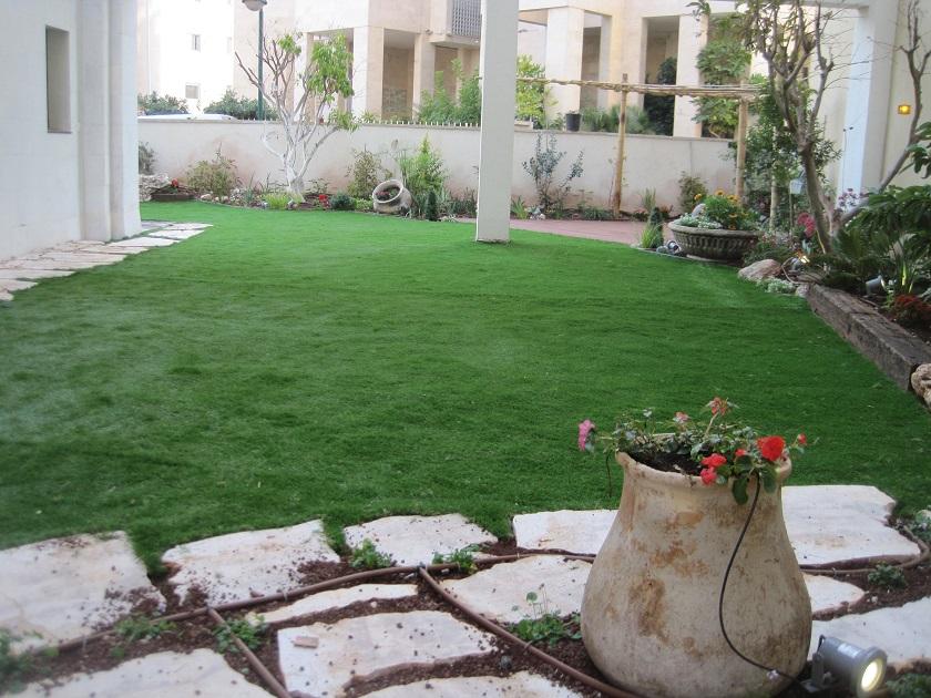 ביטוי של שילובי כדים כחלק מהעיצוב וצורת הגינה
