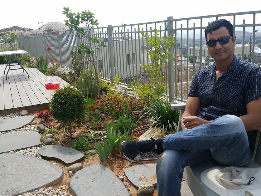 בגינה גדולה בלשם על ספסל עץ