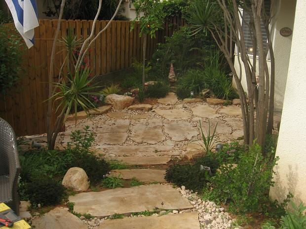 שביל כניסה לבית ומעבר לגינה