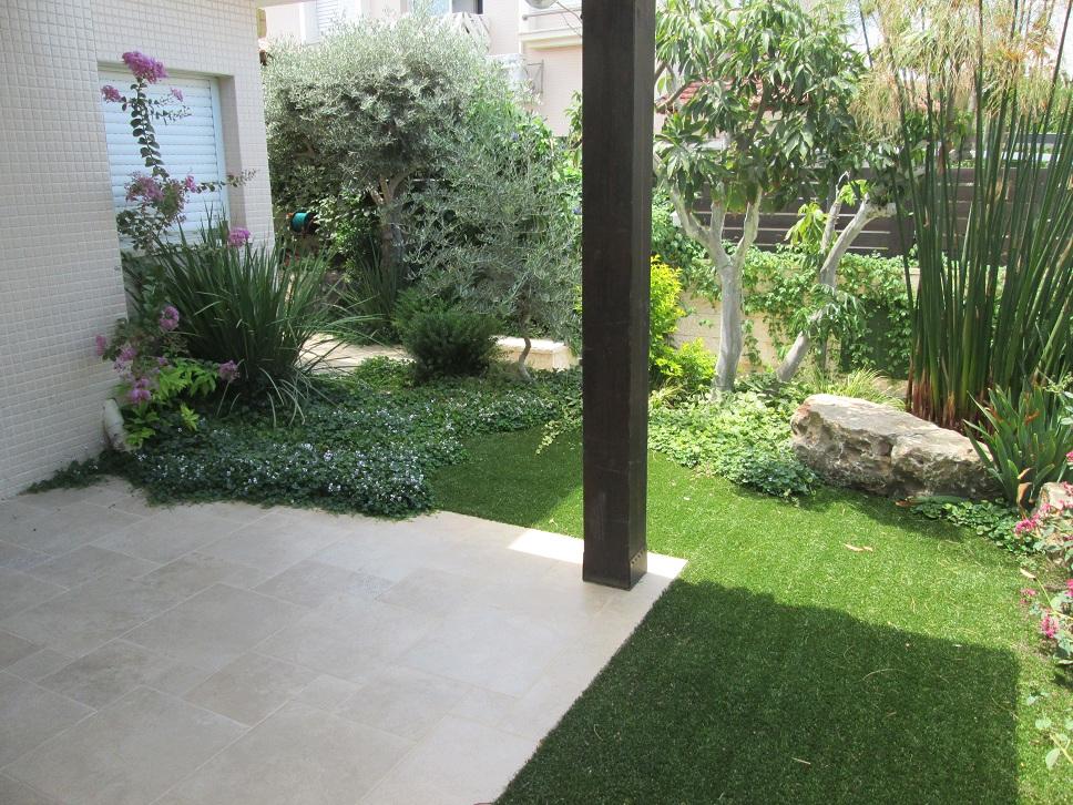 הדשא נחתך בהתאמה לכל הדברים מה שממש לא מובן מאליו חברות הדשאים עושים דשא סינטטי בצורה מרובעת מאוד עם הרבה מחשבה מקובעת וטועה