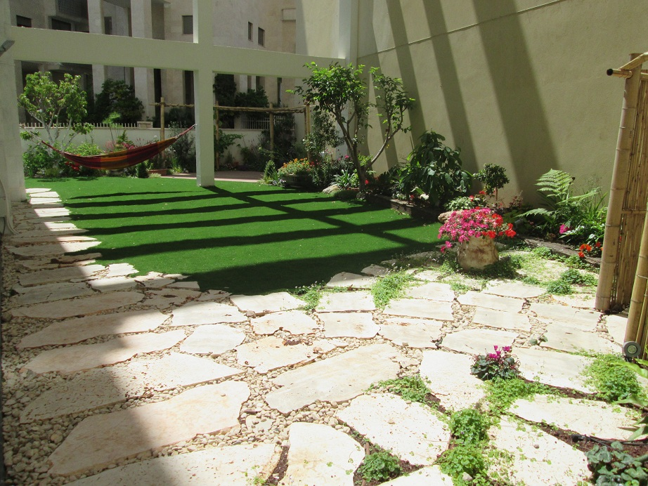 עיצוב גינה עם דירת גן גדולה מאוד גישה קשה עם מנוף לביצוע הגינה,  התעקשות מאמצים פתרו את העניין ולפניכם התמונה