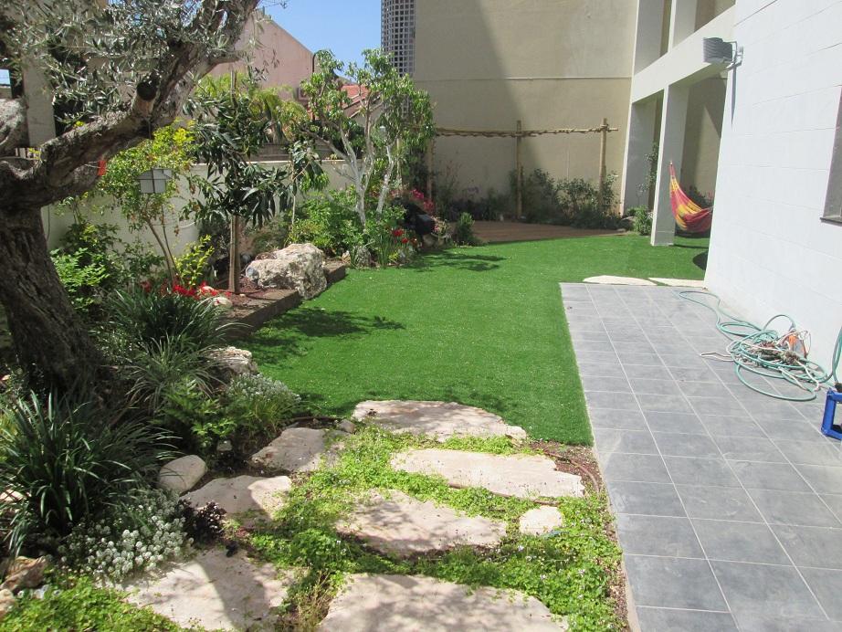 דשא סינתטי בעיצוב גינות מאוד פונקציונאלי לדעתנו וגם יפה כשעושים זאת אצל חברת ערבות