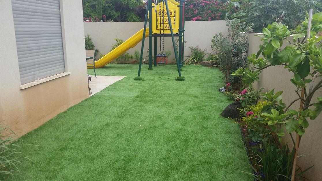 מתקן משחק היה קיים לפני בואי התחברנו אליו עם הדשא
