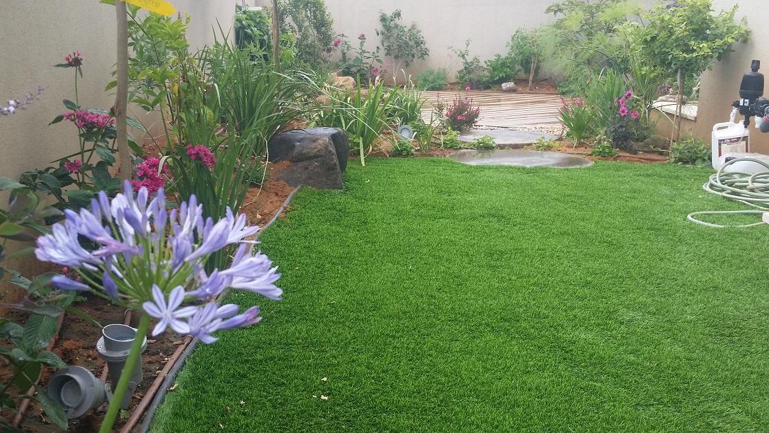 דשא ובזלת בעיצוב גינה בקדימה
