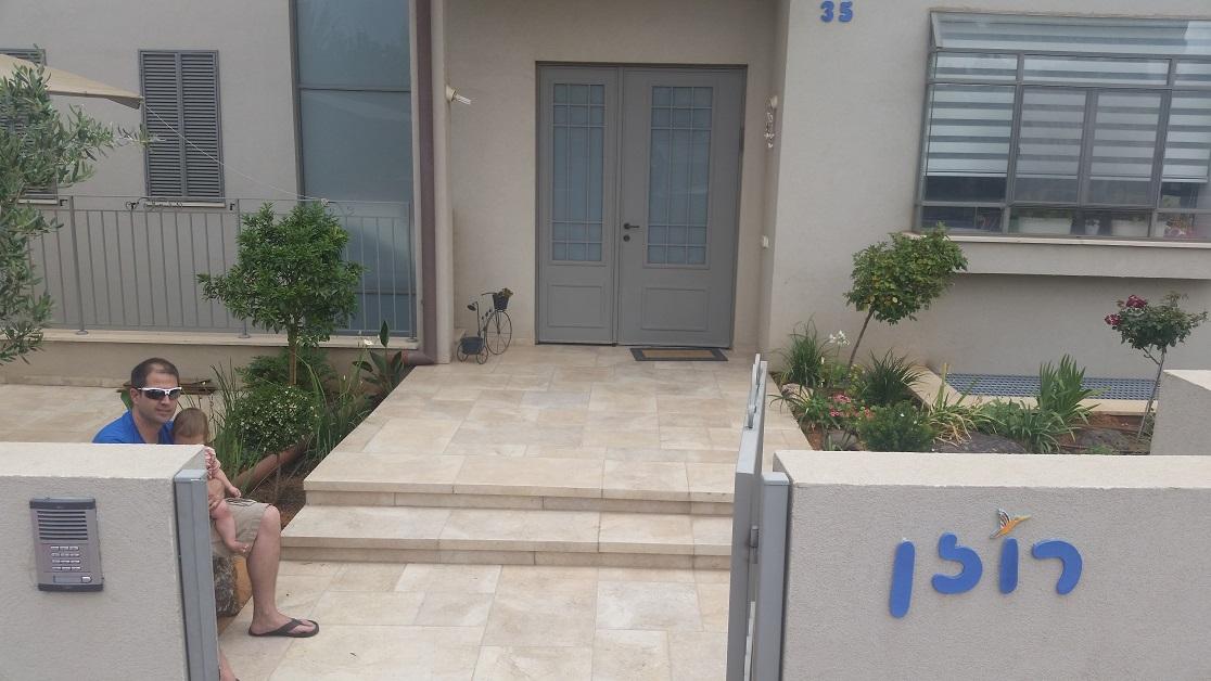 בכניסה לבית ניתן להבחין בסלע אבן על רגלי קוביות שמשמש כספסל שימושי מאוד