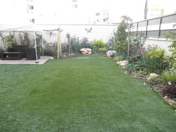 מבט בצד  הדשא ניתן לשים לב שהוא  מעט מוגבה