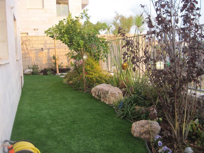 עיצוב דירת גן צרה ועוטפת את הבית הסגנון של בגינה כזו הוא כזה שאת כל הגינון לוקחים לעטיפה של הגינה  ובקרוב למבנה פרקטיות.