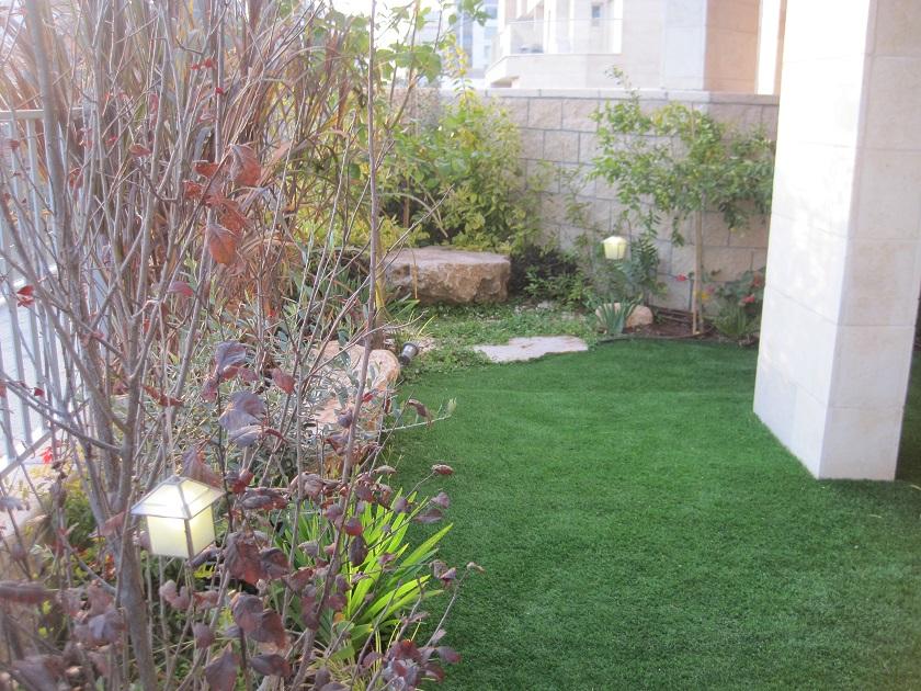 וזהו הצד השני נראה דומה בסגנון? לדעתי יש קשר ברור בצמחיה בהמשכיות בקו הדשא בסלעים  ובתאורה