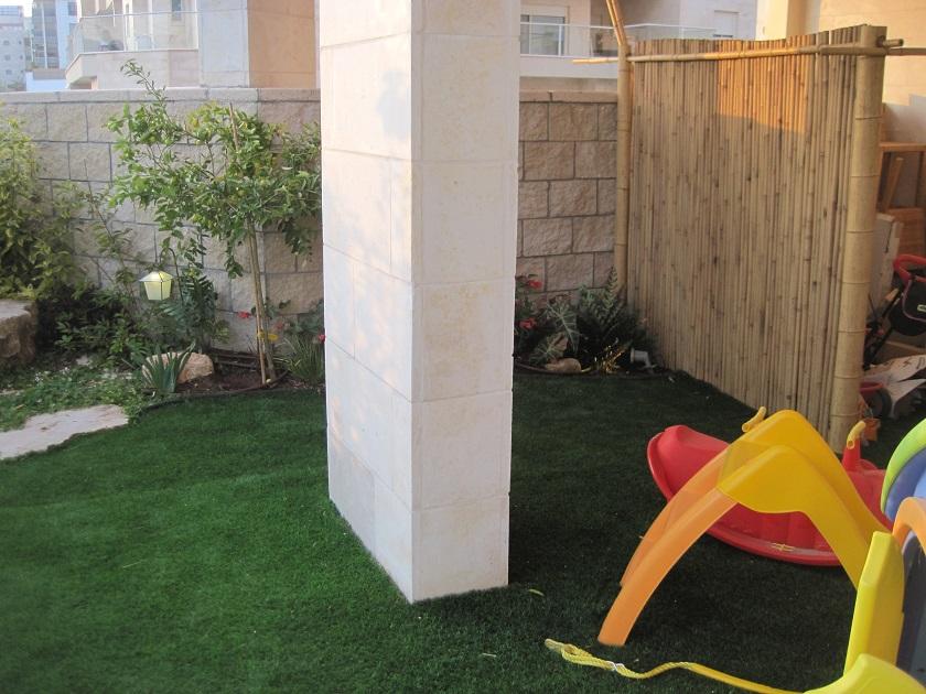 תכנון דשא מקיף עמוד בניין
