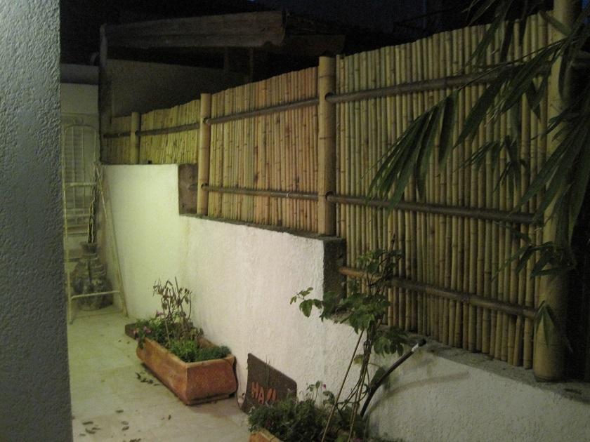 גדר במבוק עם השכן הנחמד