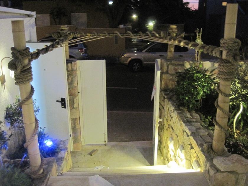 מבנה במבוק בכניסה לבית לטובת הגפן מטפס ששתול בפינה והוא אמור בקרוב לטפס על הבמבוק החבל הוא חבל סיזל 24 ממ