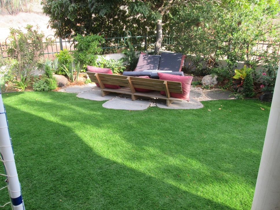 משטח בזלת יוצר מעמד נוסף בגינה של מקום אירוח מכובד זה משטח ללא בטון בסגנון טבעי ביותר