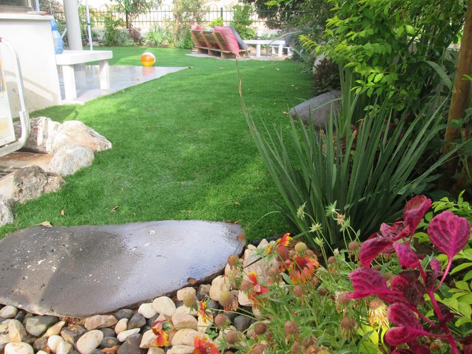 מבט של עיצוב הגינה בתמונה רחבה לשים לב שוב פעם על מפלס הדשא ביחס לריצוף