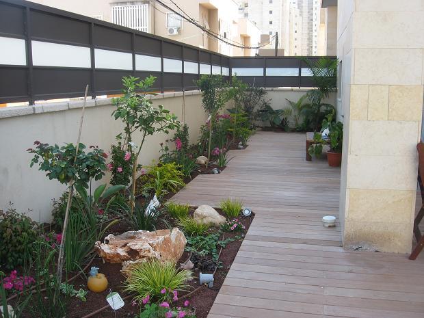 דק לצד הבית בגינה מעוצבת בדירת גן בחולון