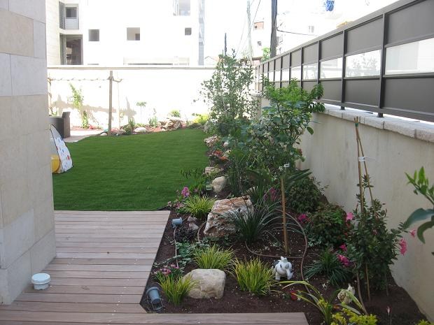 דק ועיצוב גינות לדירות גן על מצע טוף