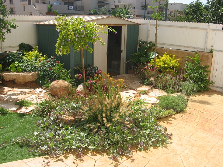 בכניסה לגינה ליד המחסן יצרנו מעברים יפים ומחמיאים