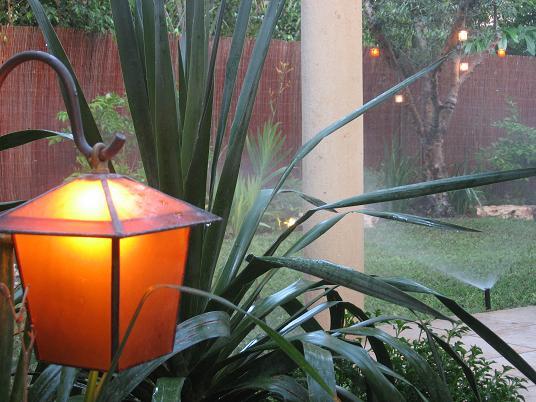 גוף תאורה נמצא לפני הכניסה אל הגינה