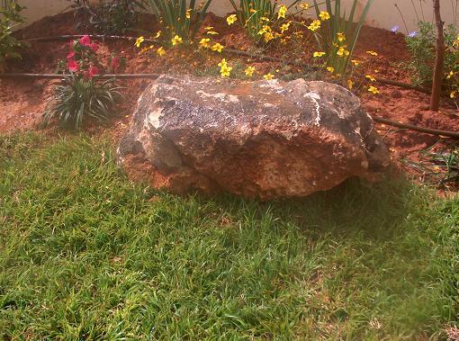 אבן סלע תומך אדמת חמרה מייצר מראה יותר גדול של גינה ועיצוב
