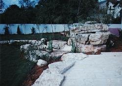 מפל המים מזוית אחורית צדדית ושילובי האבנים בעיצוב