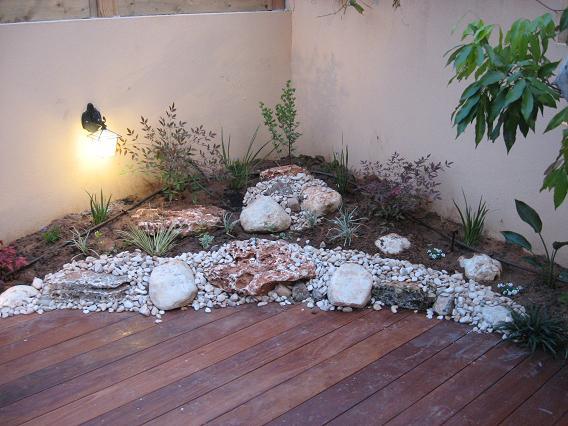 חיבור מטושטש בין הדק לגינה