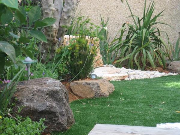 סלעי בזלת ודשא סינטטי