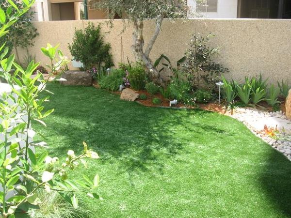 דשא סינטטי עיצוב צמחייה תאורה.