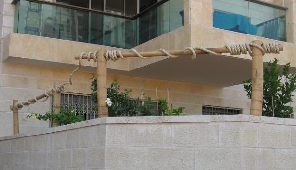 גדר במבוק עם גלגול של חבל סיזל