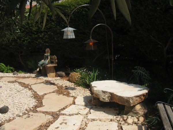 ספסל אבן לצד גופי תאורה שווי מקבוצת הפגודות