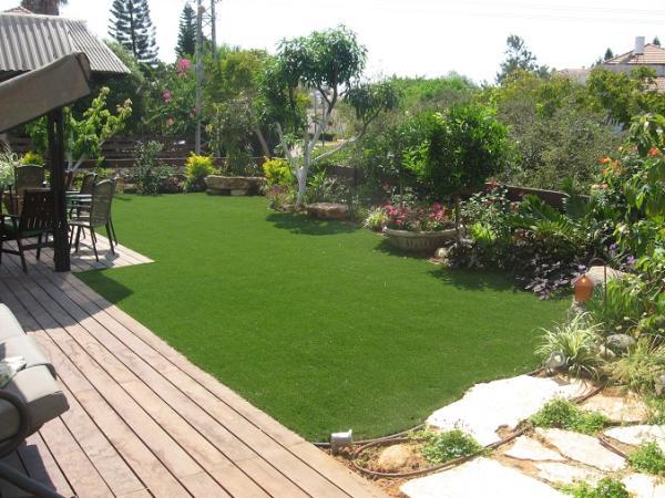 דשא סינתטי גדול ועיצוב נחמד