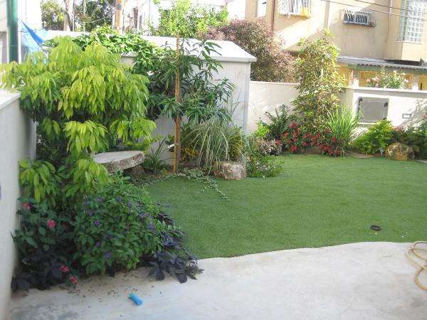 החלק של הדשא יש לציין שהוא גם מעבר לדירה נוספת
