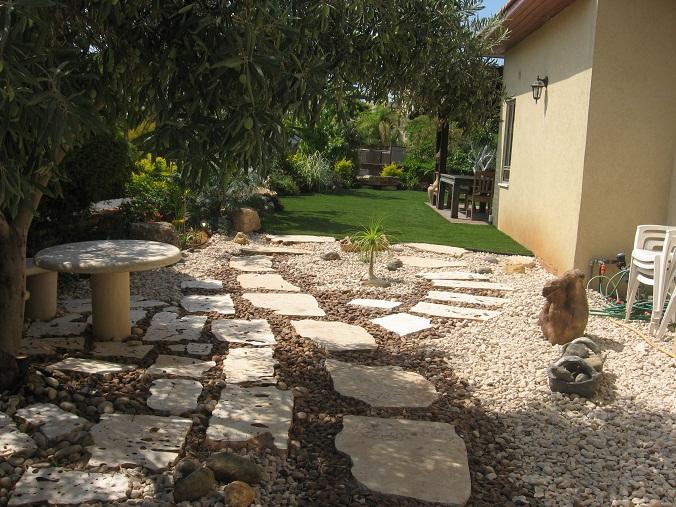 חלוקי נחל וחיפוי קרקע עם אבנים