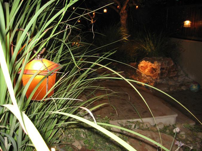 פגודה מקל סבא מאיר בין צמחים
