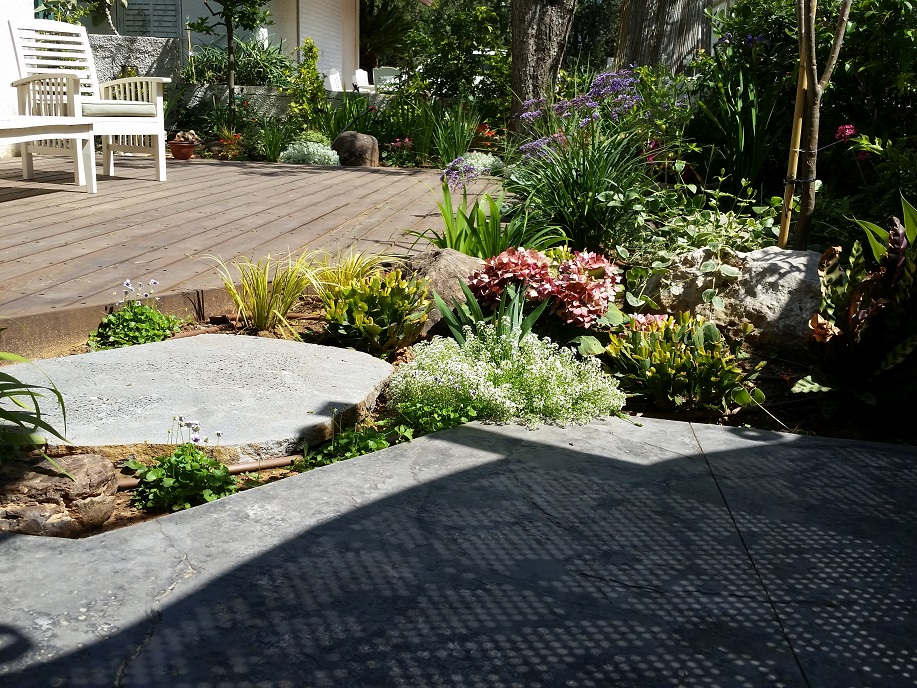 בטון מוטבע בגינה
