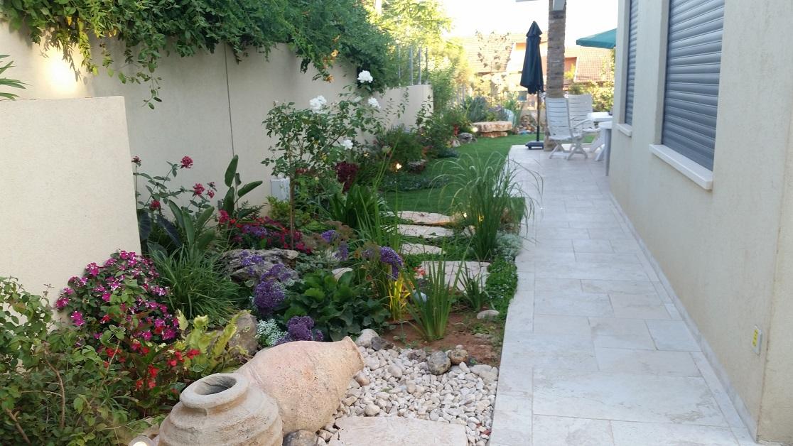 שילוב כדים מפוזרים בגינה