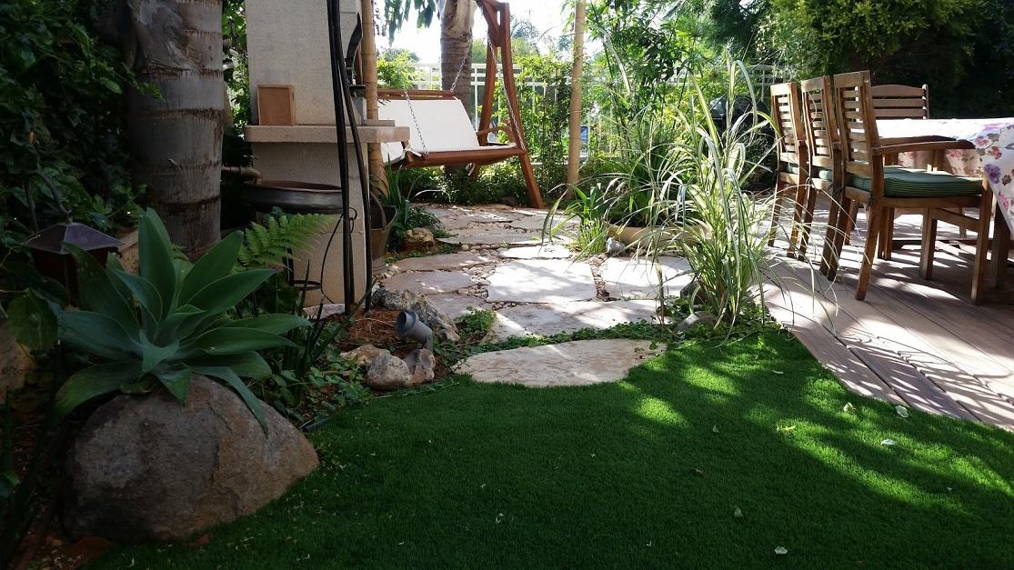 ניתן לראות חיבור מענין בין דשא למדרך ולסלע ואיך שהוא עוטף את הדק