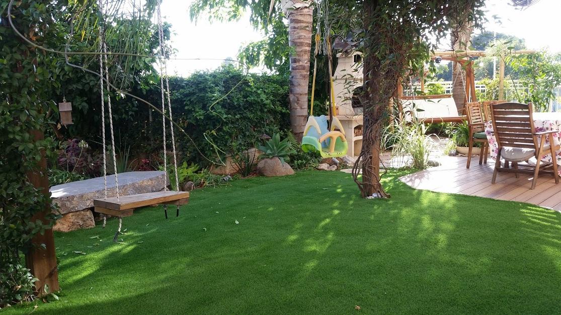 נדנדה בדשא סינתטי