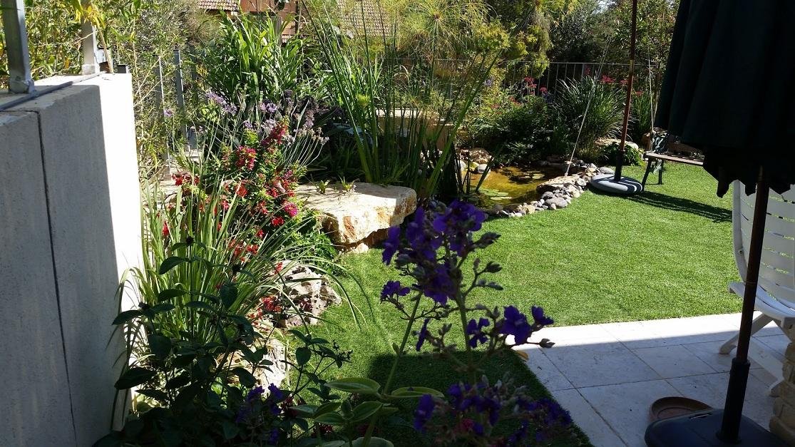 התעגלות הגינה בעטיפה והדשא עם ספסל בסגנון הסלע של פארק תמנע