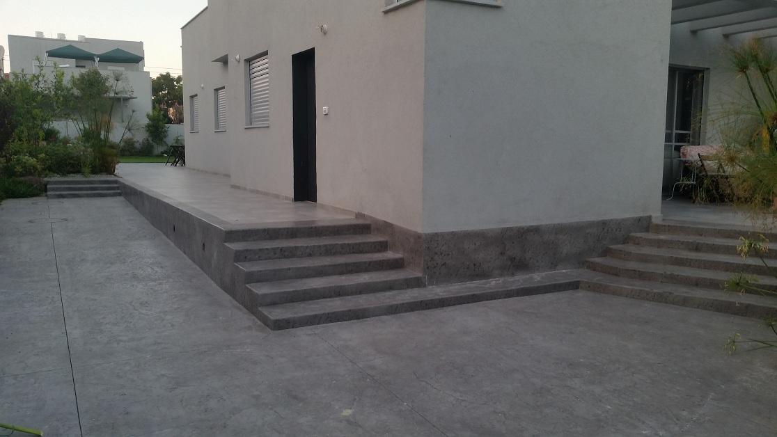 מדרגות קטנות בגובה 13 נוחות לעניים כהזמנה ולרגליים במאמץ
