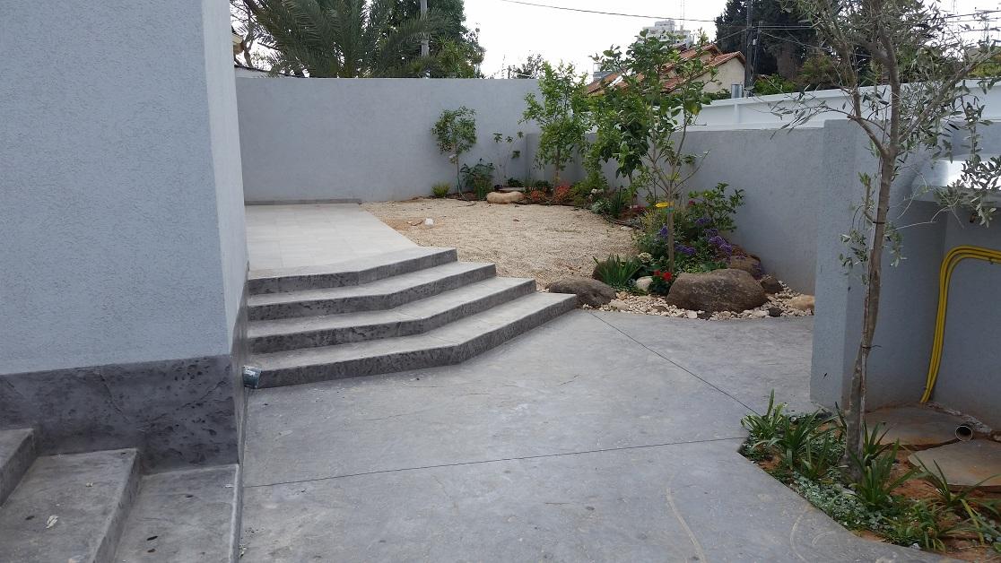 ריצוף בתנוחה אלכסונית בהתאמה אל מול הכניסה לבית