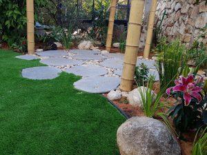 שיפוץ גינה בבת חפר: חלוקי נחל לעיצוב גינות הדשא והגינה